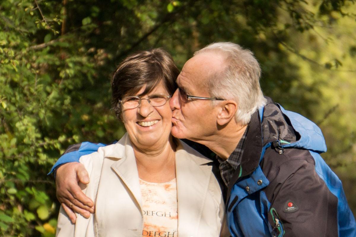 Een blij ouder echtpaar dat zeer tevreden is over de uitgevoerde installatie.